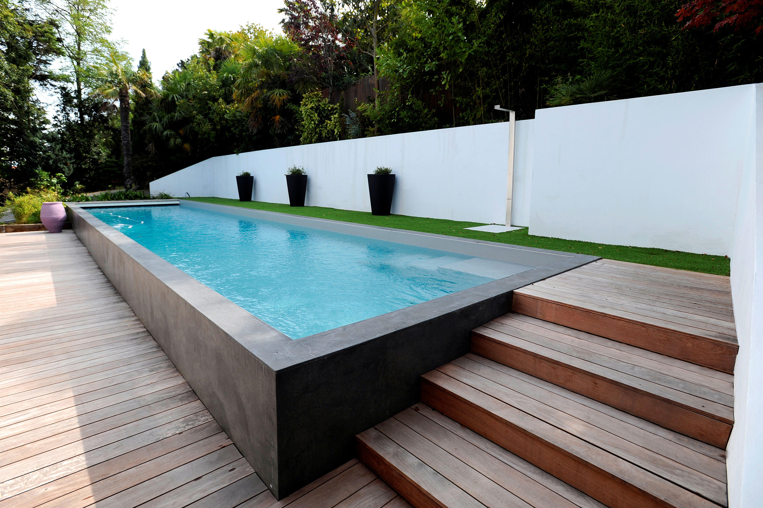 Half burried pool swimming pools from piscines carr for Piscine pour petit jardin