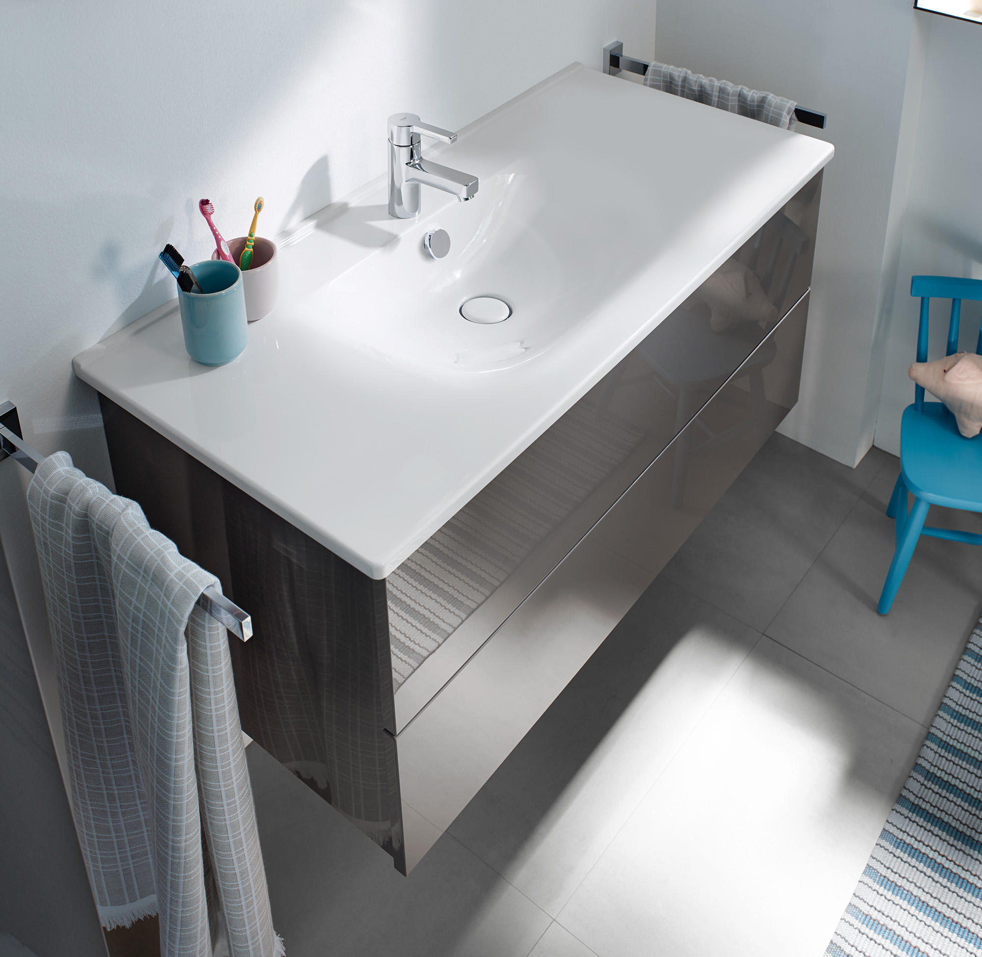 essento plan de toilette en c ramique avec meuble sous vasque meubles sous lavabo de burgbad. Black Bedroom Furniture Sets. Home Design Ideas