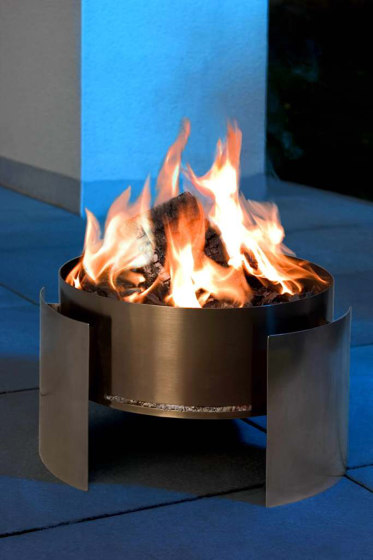 Fera Garden Fireplace by conmoto