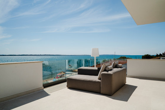 Lounge Outdoor System | Sunset Lounge with parasol by IKONO