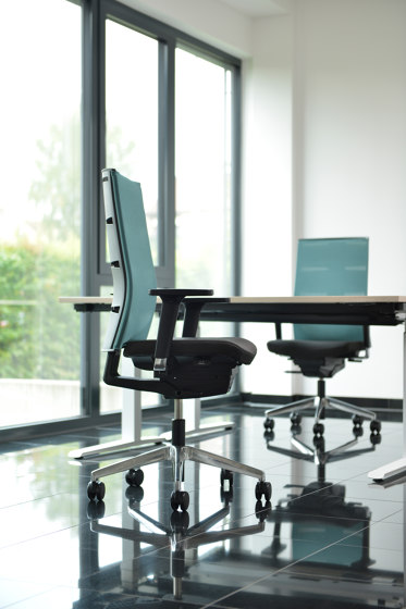 agilis matrix | Cantilever with integrated armrests by lento