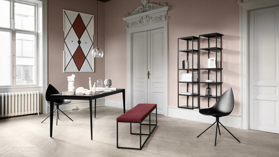 London Bench B010 large with cushion, shelf and backrest di BoConcept