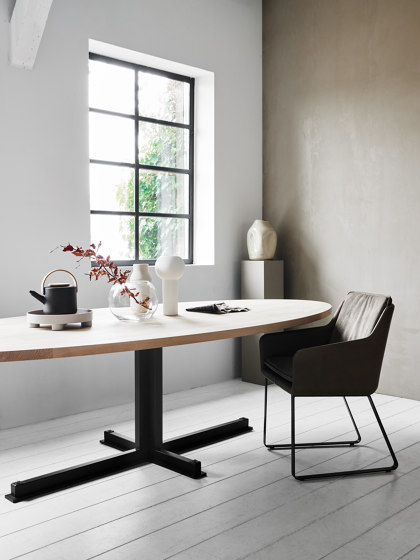 Cross Oval Dining Table di QLiv
