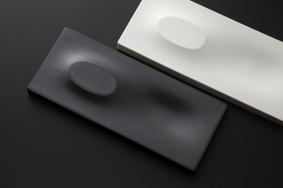 A Un Black Gloss by HANDS ON DESIGN