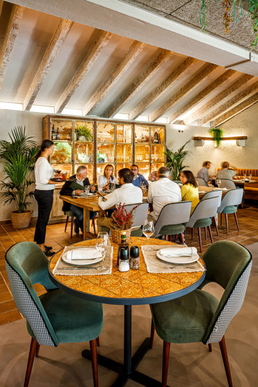Caldas Dinner Table di Mambo Unlimited Ideas