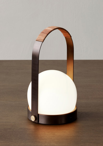 Carrie Table Lamp | Brushed Brass de MENU