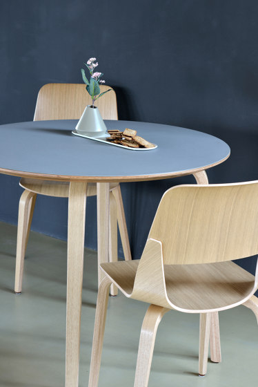 Mothership Tea table with metal base de PlyDesign
