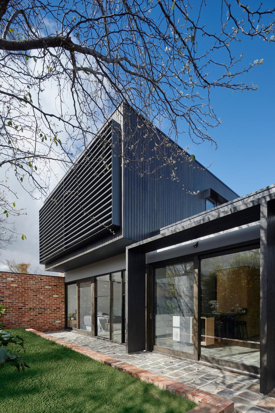 Garden Wall House by Sarah Kahn Architect   Detached houses
