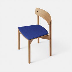 T01 | Cross Chair Oak Matt lacquer Natural Blue Hallingdal | Stühle | TAKT