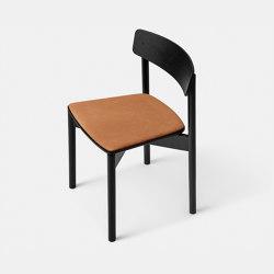 T01   Cross Chair Oak Black lacquer Cognac Leather Dunes   Stühle   TAKT
