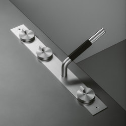 Q | Three hole mixer with swivelling spout and hydroprogressive mixer with handshower kit. | Shower controls | Quadrodesign