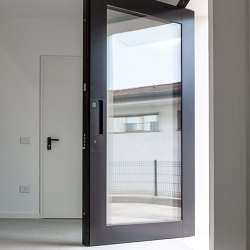 Nova | The pivoting safety door with glass elements that allows creating entrances of any size. | Entrance doors | Oikos – Architetture d'ingresso