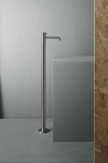 Source | Stainless steel free standing mounted mixer de Quadrodesign | Grifería para lavabos