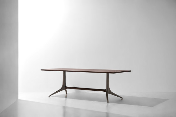 Kahn Trestle Dining Table di District Eight | Tavoli pranzo