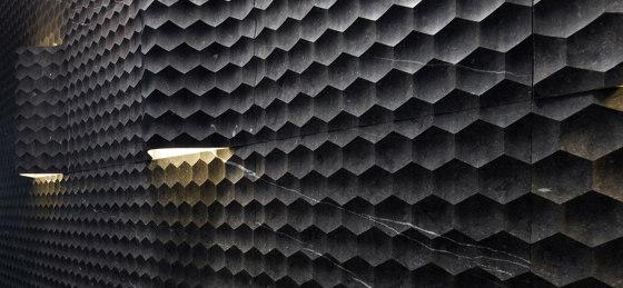Pietre Incise | Favo von Lithos Design | Naturstein Platten