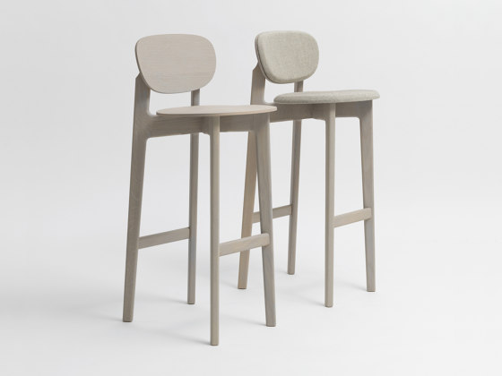 Zenso Bar Fully upholstered seat and padded back by Zeitraum | Bar stools