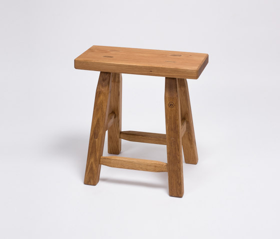 Hans Sgabello del legno di quercia. di Anton Doll | Tavolini alti