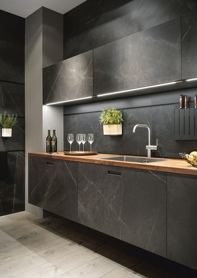 NX 960 Ceramic marble nero effect by next125 | Fitted kitchens