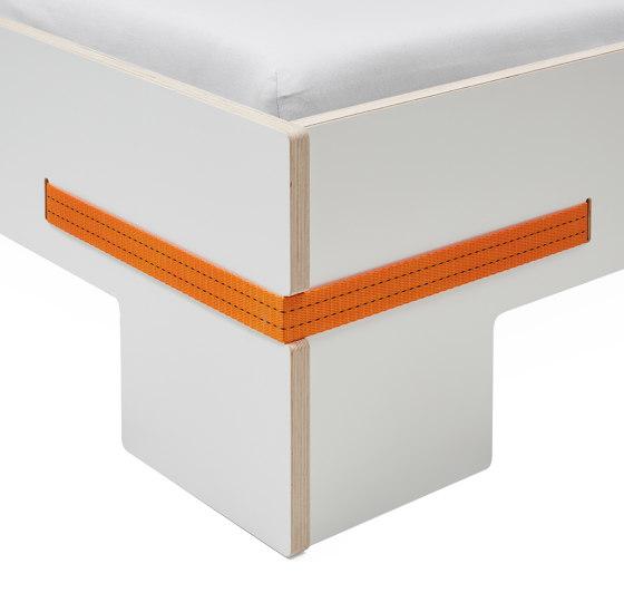 Bett Gurtbett weiß, Gurte orange von Magazin® | Betten