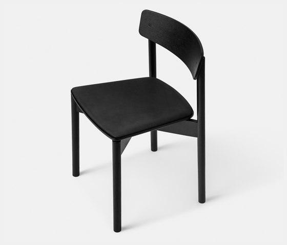 T01   Cross Chair Oak Black lacquer Black Leather Dunes von TAKT   Stühle