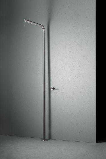 Levo | Stainless steel Outdoor shower with rain adjustable shower head by Quadrodesign | Outdoor showers