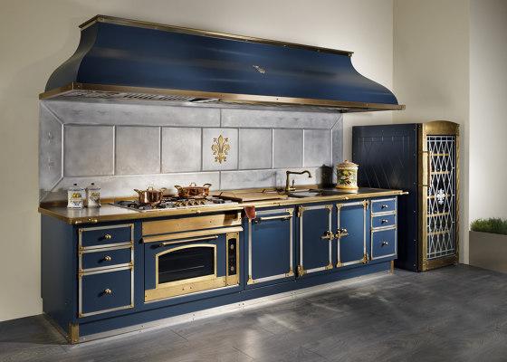DEEP BLUE AND BURNISHED BRASS KITCHEN de Officine Gullo | Cuisines équipées