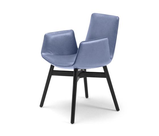 Amelie | Armchair mit Holz mit Kreuzzarge von FREIFRAU MANUFAKTUR | Stühle