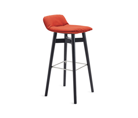 Leya | Barstool Low with wooden frame de FREIFRAU MANUFAKTUR | Taburetes de bar
