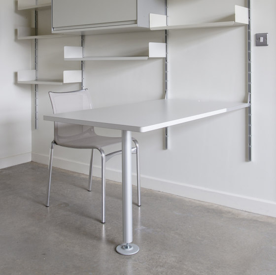 606 Universal Shelving System: Integrated desk table by Vitsoe | Desks