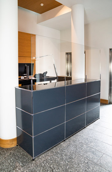 USM Haller Reception Station with Protection Screen | Anthracite by USM | Table dividers