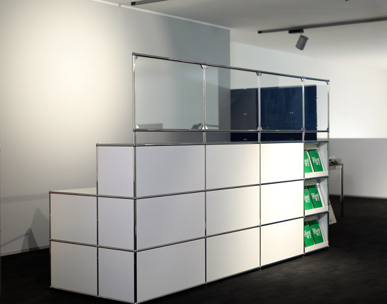 USM Haller Reception station with protection screen | pure white by USM | Table dividers