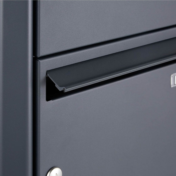 Basic | 3er 2x2 Standbriefkasten Design BASIC 381 ST-R mit Klingelkasten - RAL 7016 anthrazitgrau Rechts 100mm Tiefe by Briefkasten Manufaktur | Mailboxes